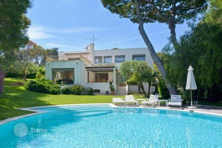 Luxury houses for sale in Saint-Jean-Cap-Ferrat. Modern villa in the heart of Cap Ferrat