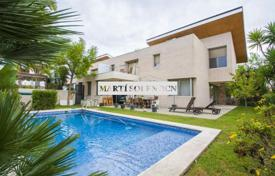 Coastal townhouses for sale in Catalonia. Terraced house – Cambrils, Catalonia, Spain