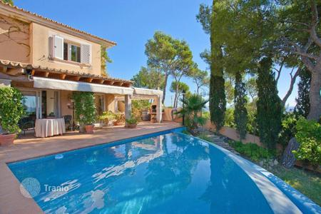 Houses with pools for sale in Majorca (Mallorca). Mediterranean-style villa in Costa den Blanes, Mallorca, Spain. House with a garden, a pool and a jacuzzi, near a marina