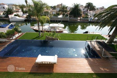 Luxury houses with pools for sale in Costa Brava. Modern villa in Empuriabrava, 2 swimming pools, a marina and a fantastic view