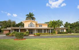 6 bedroom houses for sale in North America. Two-level house with a huge plot of land in Homestead, Florida