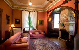 Houses for sale in Bee. Maggiore lake-hilly position. A superb old villa in mint condition.