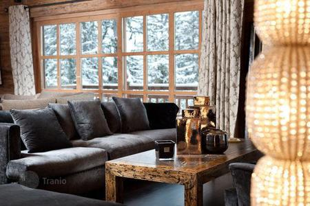 Residential to rent in Saint-Bon-Tarentaise. A comfortable chalet with 6 bedrooms, a living room with a fireplace, a pool, a Jacuzzi, a sauna and a ski room, Courchevel, France