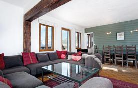 Apartments to rent in Auvergne-Rhône-Alpes. The chalet with 4 bedrooms with private bathrooms, a living room, a balcony and a spa bath, Alpe d'Huez, France
