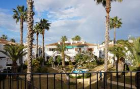 Apartments with pools for sale in Valencia. Two-bedroom apartment with a view of the park in Torrevieja, Lago Hardin area