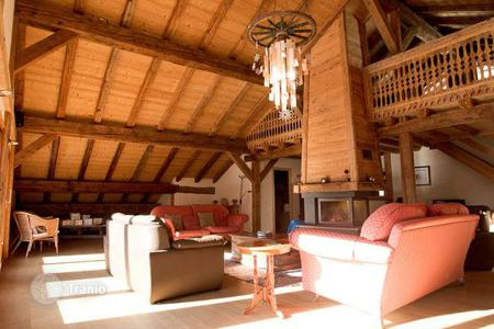 Property to rent in Chatel. Traditional chalet with 6 bedrooms, balconies, a jacuzzi and a fireplace. France, Châtel