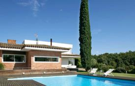Luxury houses with pools for sale overseas. Comfortable house with a pool, a terrace and a beautiful garden, Palau de Girona, Spain