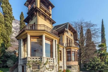 Residential for sale in Lecco. Historic villa with its own private beach, elling and garden, Varenna, Italy