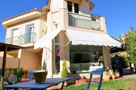 Townhouses for sale in Mijas. This nice semi-detached house is locaed in Riviera del Sol, close to famous golf courses of Costa del Sol