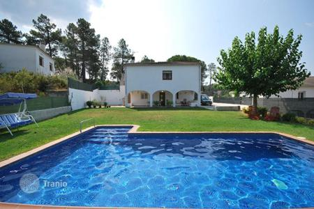 Cheap houses for sale in Costa Brava. Beautiful villa with swimming pool in Aiguaviva park