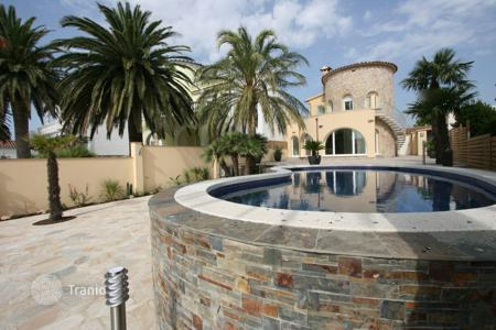 Houses with pools for sale in Empuriabrava. Luxury villa in Empuriabrava, Spain