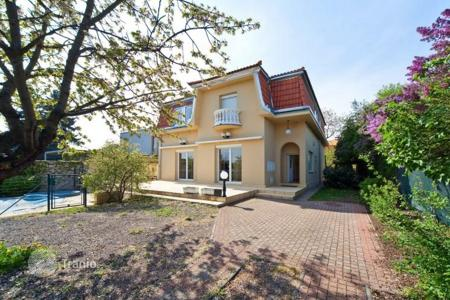 Residential for sale in Praha 10. House with swimming pool near the metro in Prague