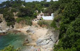 Chalets for sale in Catalonia. Mediterranean style villa next to the sea