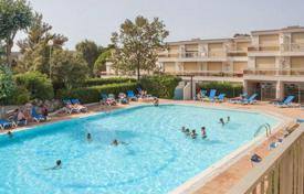 Coastal buy-to-let apartments in Côte d'Azur (French Riviera). Apartment – Saint-Raphaël, Côte d'Azur (French Riviera), France
