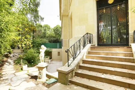 4 bedroom apartments for sale in 16th arrondissement of Paris. Superb apartment with garden