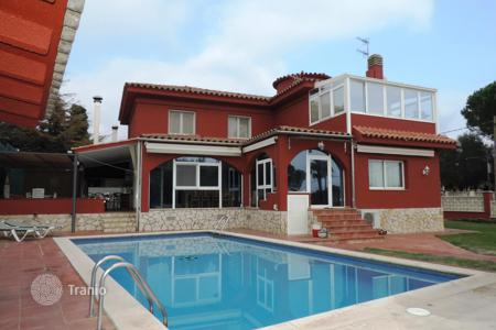 Houses for sale in Kalonji. Spacious detached house with a nice garden. Close to the beach and the commercial area. A holidays delight for all the family and friends!