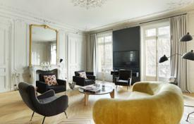 Luxury 4 bedroom apartments for sale in Paris. Paris 8th District – A superbly renovated apartment near Parc Monceau
