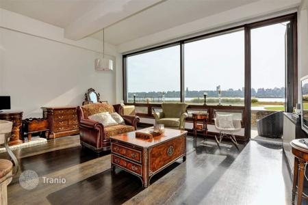 1 bedroom apartments for sale in North America. One bedroom сondo with floor to ceiling windows, Hudson River View, in a complex with an outdoor swimming pool, Edgewater, New Jersey