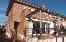4 bedroom houses for sale in Castelldefels. Two-storey house with a fireplace, 2 terraces and a garden, Castelldefels, Barcelona, Spain