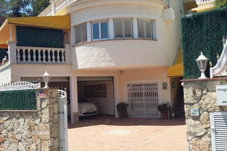 Coastal residential for sale in Catalonia. House in urb. Cala Canyelles