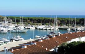 Coastal penthouses for sale in Spain. Spectacular penthouse benefiting from gorgeous sea and marina views. Very close to the beach.