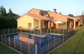 5 bedroom houses for sale in Gerona (city). Comfortable high-quality villa with a garden and a pool close to Girona, Llambilles, Spain
