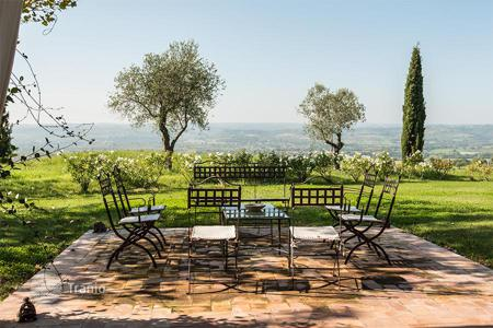 Houses with pools for sale in Umbria. The beautiful restored farmhouse in Orvieto