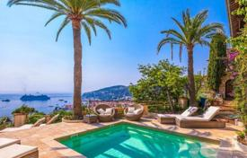 Villas and houses for rent with swimming pools in Villefranche-sur-Mer. Beautiful villa with spectacular views on the bay of Villefranche-sur-mer and the peninsula of Cap Ferrat