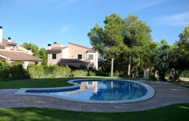 Houses with pools for sale in Mont-roig del Camp. Comfortable villa with a private garden, a pool and a garage, Mont-Roig del Camp, Spain