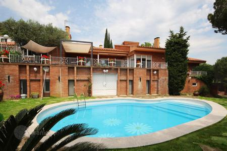 Houses with pools for sale in Argentona. Excellent luxury totally reformed house in the Maresme Coast