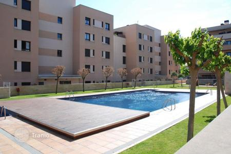 Cheap apartments with pools for sale in Costa Brava. Two-bedroom apartment in the area of Fenals