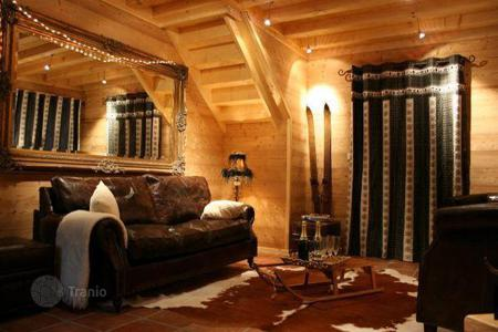 Villas and houses to rent in Morzine. Cozy chalet with 5 bedrooms, comfortable lounge, ommunal ski and boot room, in the immediate vicinity of the ski slopes. France, Morzine