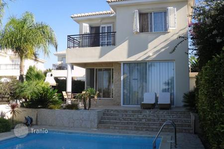 Property to rent in Cyprus. Sea view villa with a garden and a swimming pool, at 200 meters from the beach, Paphos, Cyprus