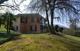 3 bedroom houses for sale in Maggiore (Italy). Bright villa with a balcony and lake views, near the embankment, Porto Valtravaglia, Lombardy, Italy