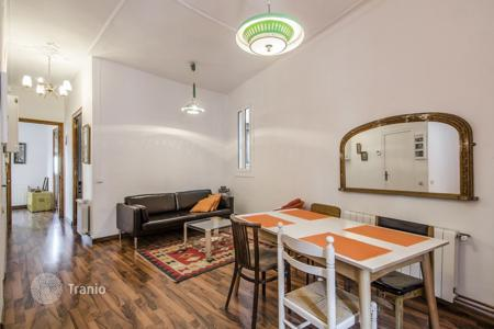 3 bedroom apartments for sale in Catalonia. Four-room apartment with stunning views of the city and Montjuïc Park. Property already has tourist license!