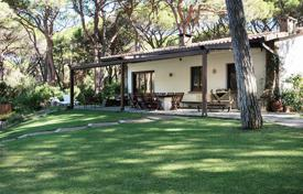 Luxury property for sale in Roccamare. Semi-detached villa with garden and garage, only 150 meters from the sea in Rokkamare, Tuscany