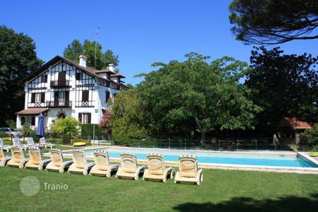 Villas and houses for rent with swimming pools in Biarritz. La Landaise