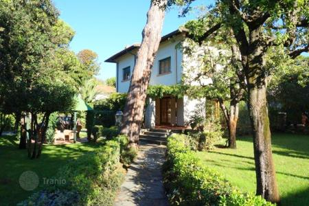 4 bedroom villas and houses by the sea to rent in Tuscany. Villa - Forte dei Marmi, Tuscany, Italy
