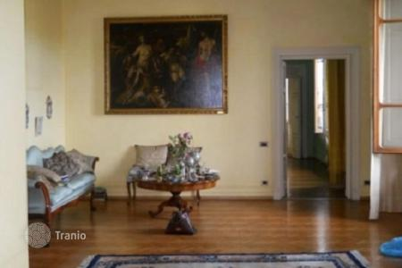4 bedroom apartments for sale in Tuscany. Apartment with a fireplace and a balcony, in a historic building with an elevator, Florence, Italy