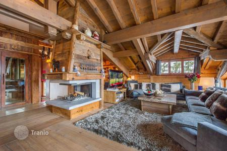 6 bedroom villas and houses to rent in Auvergne-Rhône-Alpes. Chalet with an elevator, a sauna, a jacuzzi, a fireplace and a terrace with a mountain view, near the slope, Courchevel, France