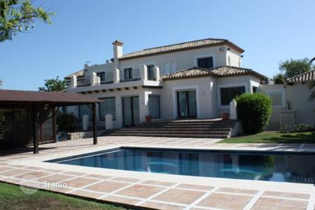 Luxury houses with pools for sale in Estepona. Villa for sale in Selwo, Estepona