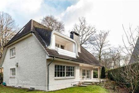 Luxury 5 bedroom houses for sale in Central Europe. Exclusive villa with a garden in Hamburg