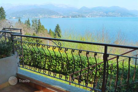 Cheap apartments with pools for sale in Italy. Stresa. A nice two-bedroom apartment in a residential complex with swimming pool and Maggiore lake view