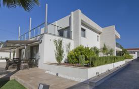 Coastal property for sale in Costa Blanca. VIlla with swimming pool by the sea in El Campello