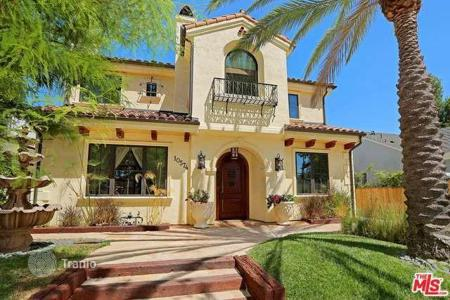 Houses with pools for sale in North America. Furnished villa in the central part of Los Angeles