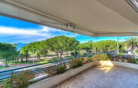 Luxury 3 bedroom apartments for sale in Côte d'Azur (French Riviera). Cannes — Croisette Palm Beach — Renovated apartment