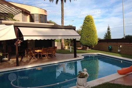 Houses with pools for sale in Vilanova i la Geltrú. Villa – Vilanova i la Geltrú, Catalonia, Spain