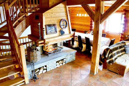 Villas and houses to rent in Huez. Chalet for a large company at the 100 meters from the ski slope in Alp d'Huez, French Alps, France