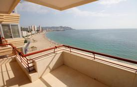 Apartment with a spacious terrace and panoramic sea views in a residential complex with pool and parking, 20 m from the beach, in Benidorm for 580,000 €