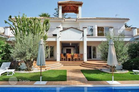 Luxury houses with pools for sale in San Pedro Alcántara. Villa for sale in Linda Vista Alta, San Pedro de Alcantara